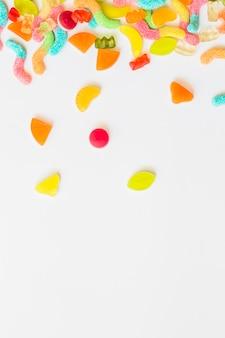 Caramelos dispersos en la mesa blanca
