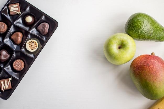 Caramelos y frutas de chocolate
