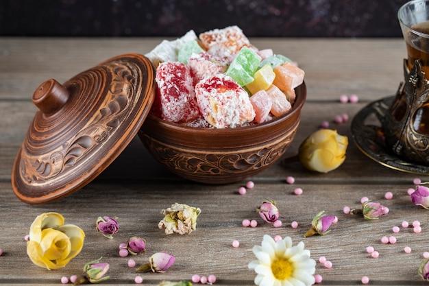 Caramelos de gelatina con aroma a frutas en platillo metálico