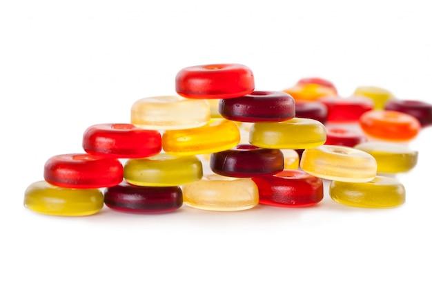 Caramelos de gelatina en un blanco