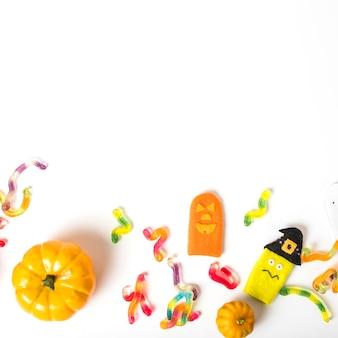 Caramelos de gelatina cerca de juguetes y calabazas