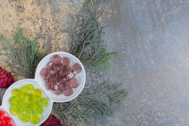 Caramelos de gelatina de frutas de colores con piñas de navidad. foto de alta calidad