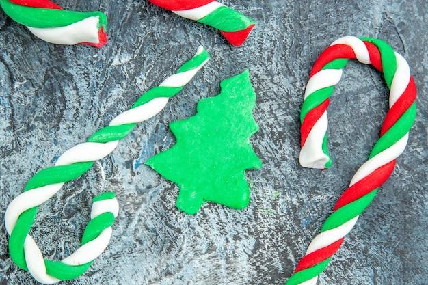Caramelos de navidad de vista superior cercana sobre fondo gris