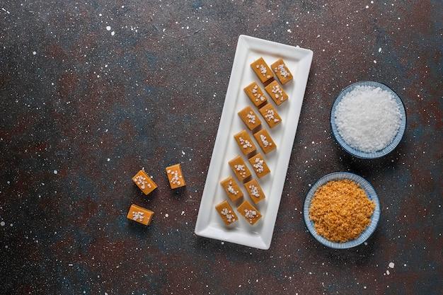 Caramelos salados de dulce de azúcar con sal marina.