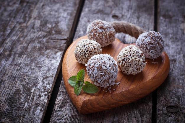 Caramelos veganos crudos c con frutas secas y coco