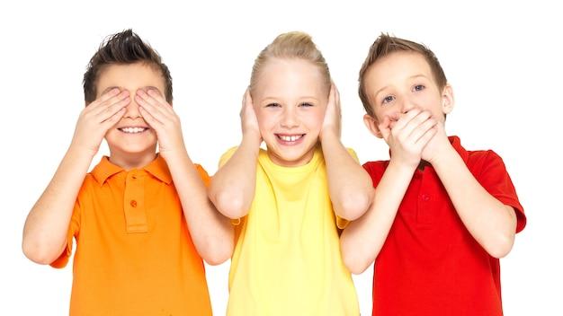 Caras divertidas de niños felices haciendo