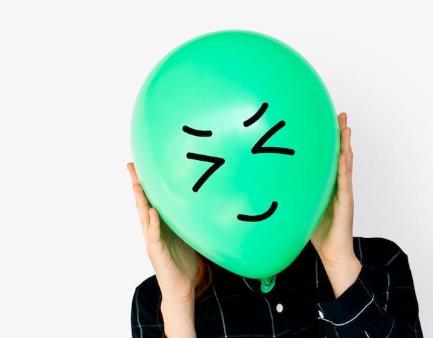 Caras de personas cubiertas con globos de emoción de expresión feliz