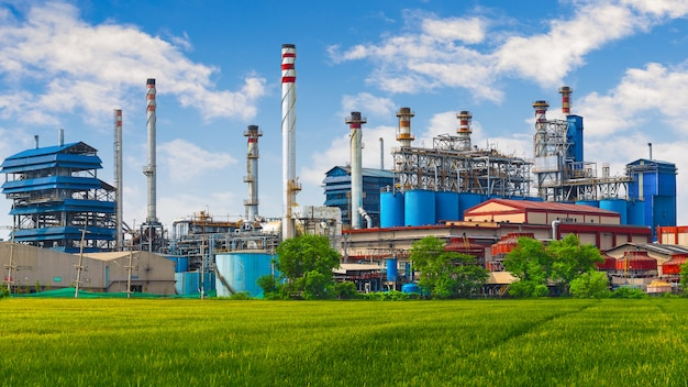Carbon black, fábrica de plantas de carbón con chimenea.