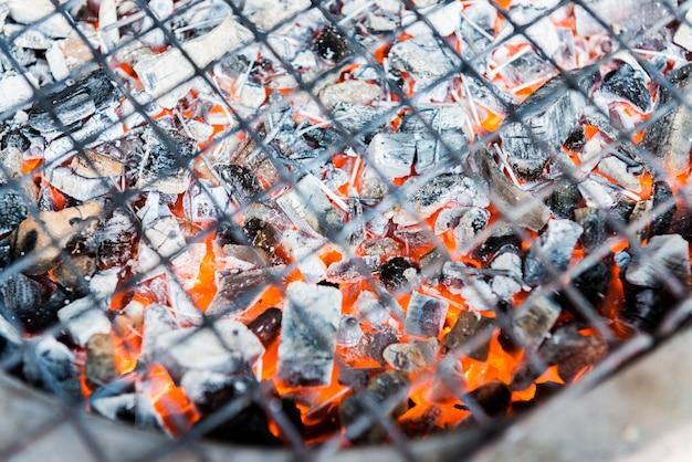 Carbón caliente en la estufa de la barbacoa