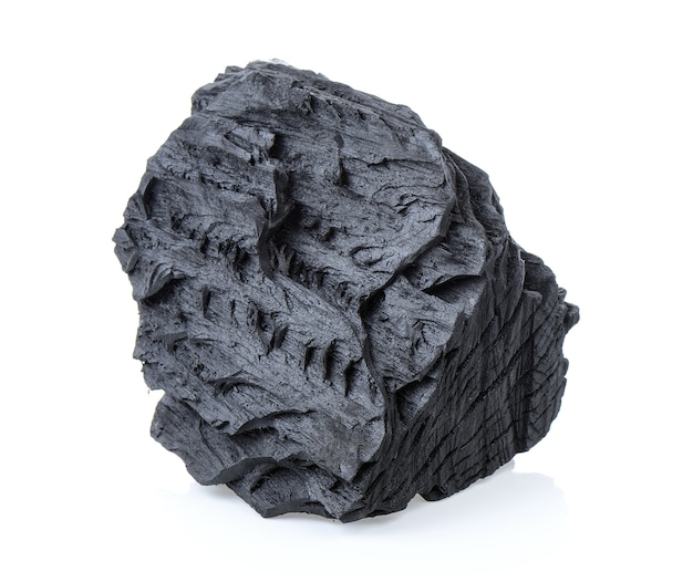 Carbón de leña en el fondo blanco