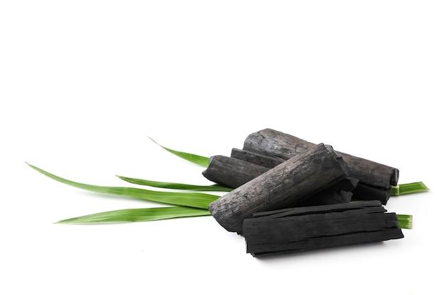 Carbón de leña de madera natural sobre fondo blanco