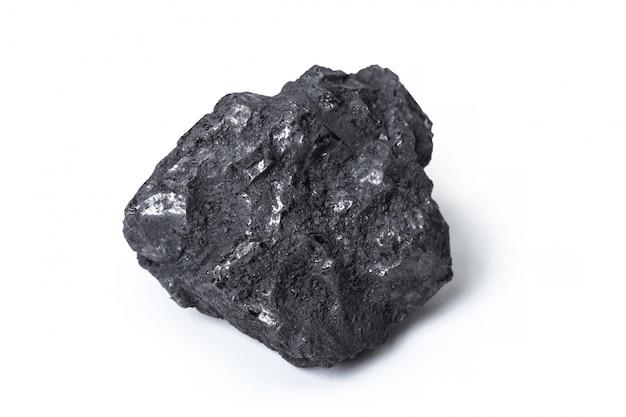 Carbón de leña natural aislado en blanco