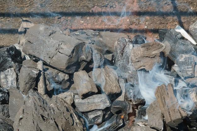 Carbón de leña primer plano de fondo o textura negro