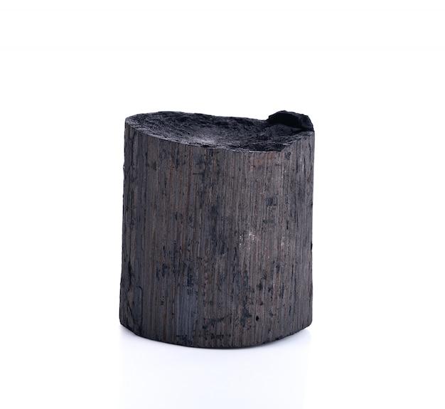 Carbón natural de madera negro aislado en blanco