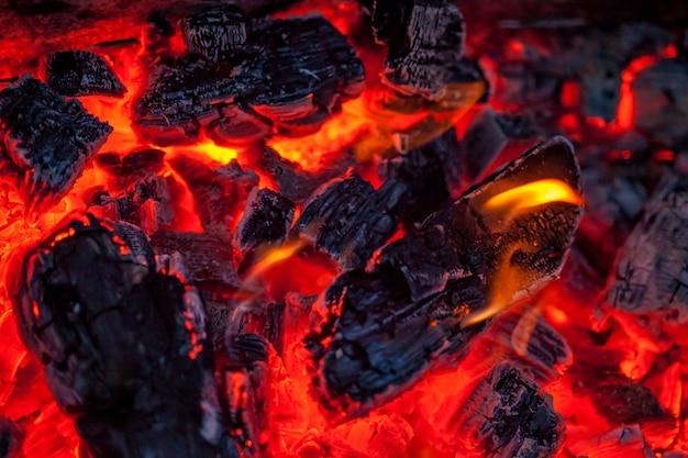 Los carbones de un fondo de fogata