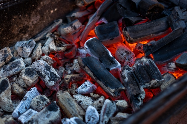 Carbones con fuego listos para cocinar carne a la parrilla.