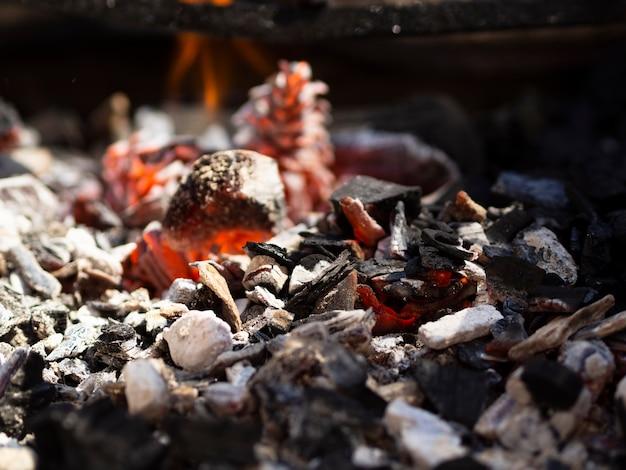 Carbones humeantes rojos en barbacoa
