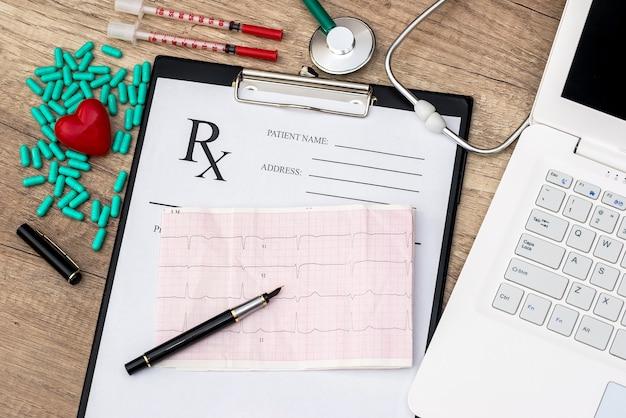 Cardiograma en blanco rx con estetoscopio y pastillas