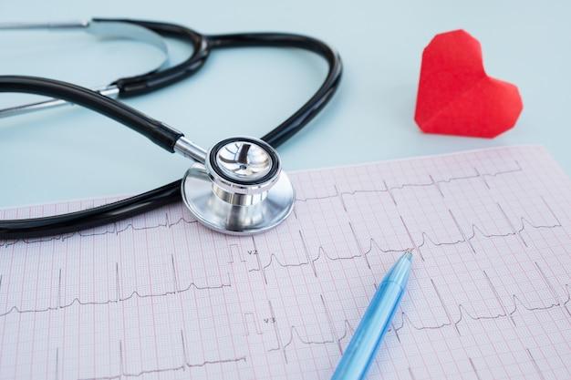 Cardiología y concepto médico en mesa azul claro