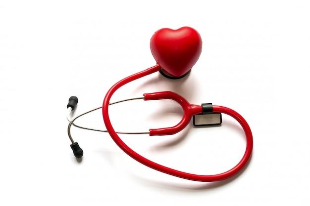 Cardiología. medicina cerca de estetoscopio rojo y corazón aislado sobre fondo. copia espacio