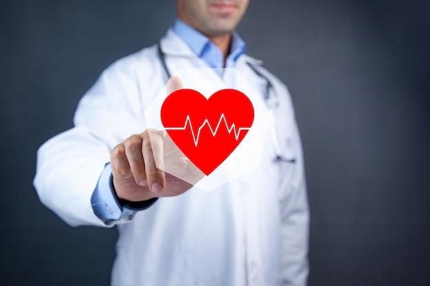 Cardiólogo tocando el corazón rojo con electrocardiograma.