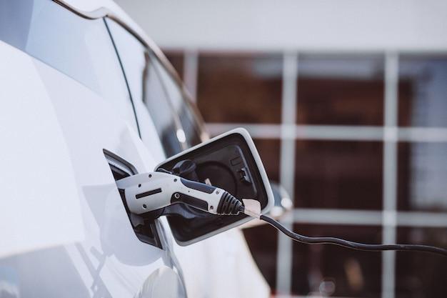 Carga de coche eléctrico en la gasolinera eléctrica.