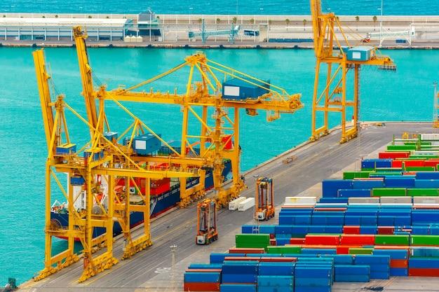 Carga de contenedores en un buque de carga marítima, barcelona