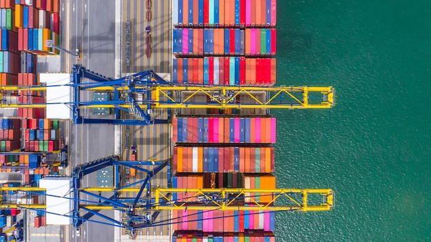 Carga y descarga de portacontenedores en el puerto de aguas profundas, vista aérea superior de importación y exportación de logística empresarial