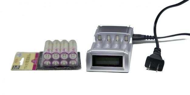 Cargador de batería con paquete de baterías recargables sobre fondo blanco aislado