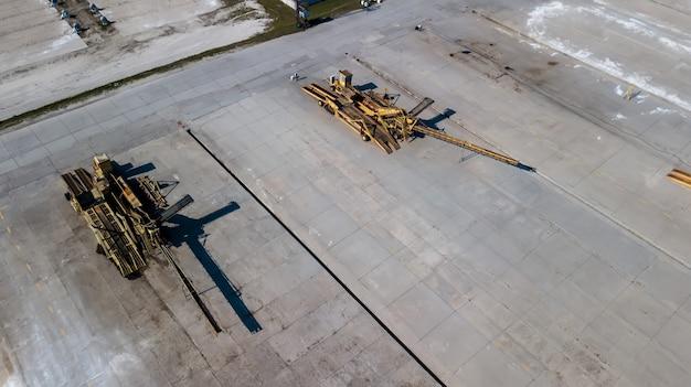 Cargadores de correa en la fotografía aérea de la empresa industrial