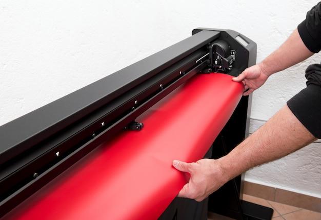 Cargando película roja en plotter