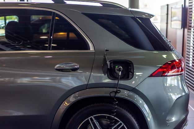 Cargar el coche con electricidad en la estación.