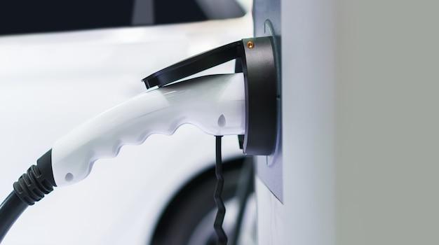 Cargar un coche eléctrico en un garaje residencial, futuro del transporte