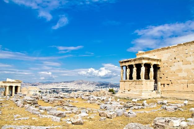 Las cariátides estatuas femeninas en las ruinas del templo erechtheum, acrópolis, atenas grecia