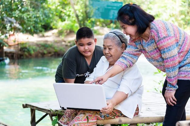 Cariño de familia con tres generaciones