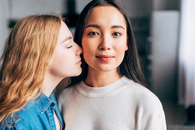 Cariñosa pareja de lesbianas en casa