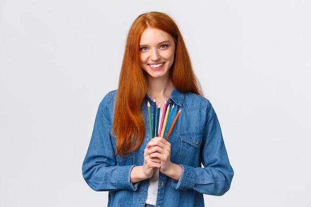 Carismática pelirroja con lápices de colores