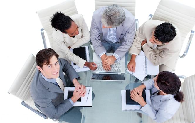 Carismáticos empresarios internacionales en una reunión