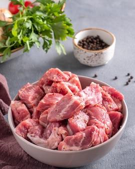 Carne adobada en un bol. carne de cerdo lista para cocinar en brochetas