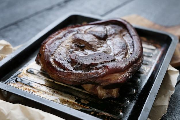 Carne al horno en una bandeja para hornear