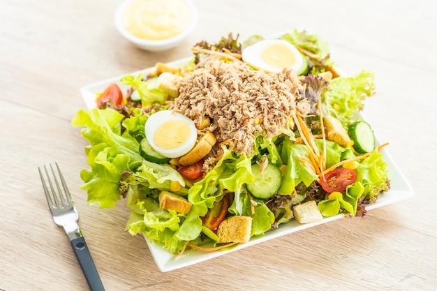 Carne de atún y huevos con ensalada de verduras frescas.