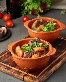 Carne de borgoña. estofado lento, cocinando en dos ollas o sartén de hierro fundido.