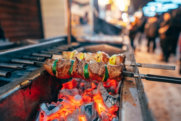 La carne y el calabacín se alternan en una brocheta
