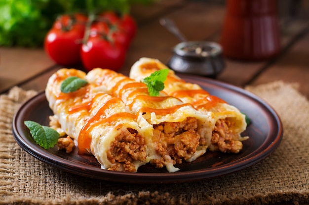 Carne canelones salsa bechamel