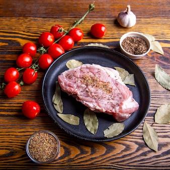 Carne de cerdo con especias en una sartén reday para cocinar. vista superior