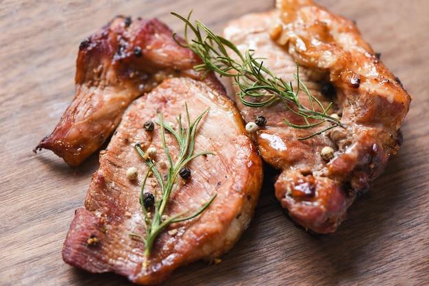 Carne de cerdo a la parrilla con salsa y hierbas y especias cocinar comida asiática tailandesa romero cerdo