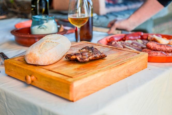 Carne cocida con masa en la tabla de cortar de madera