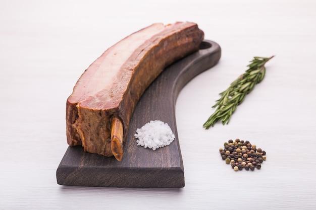 Carne de comida y delicioso concepto de carne de caballo con sal a bordo