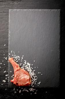 Carne cruda fresca de cordero en el hueso