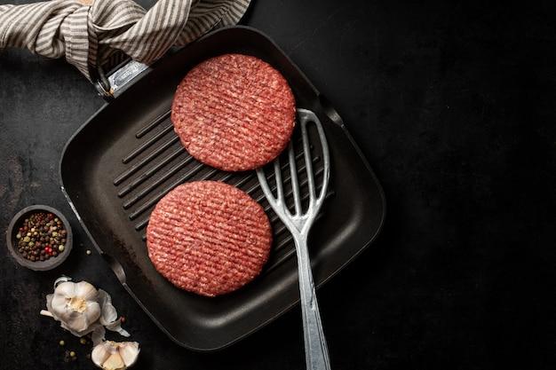 Carne cruda de hamburguesa a bordo